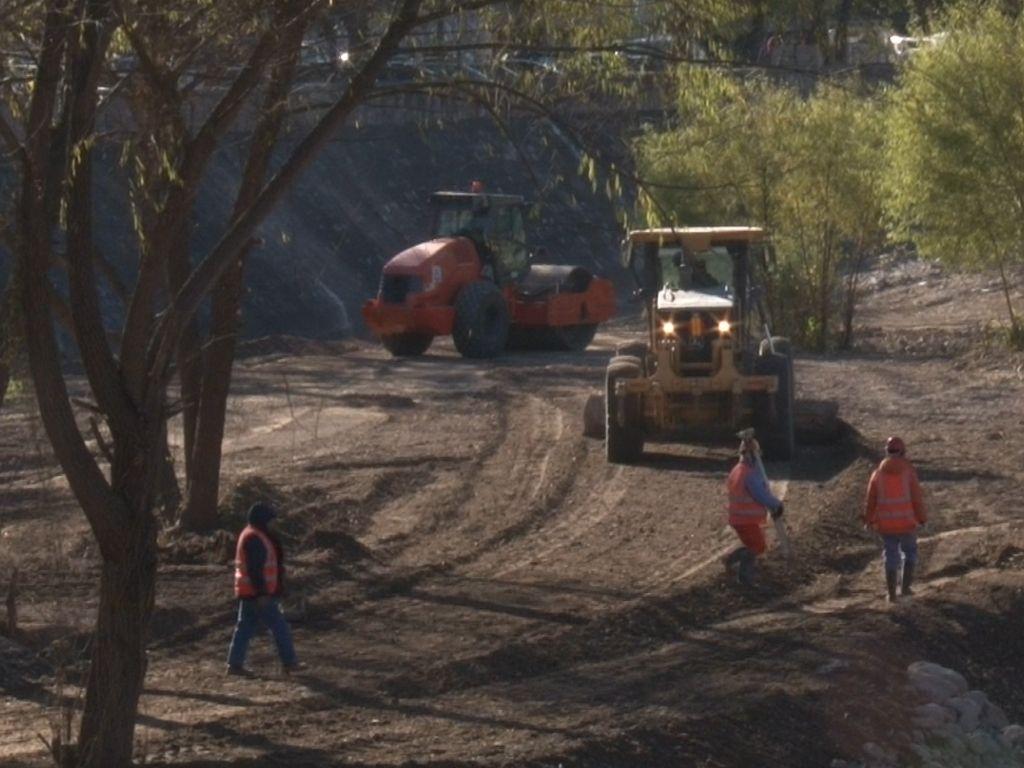 Maquinaria y obreros en el Río Chico
