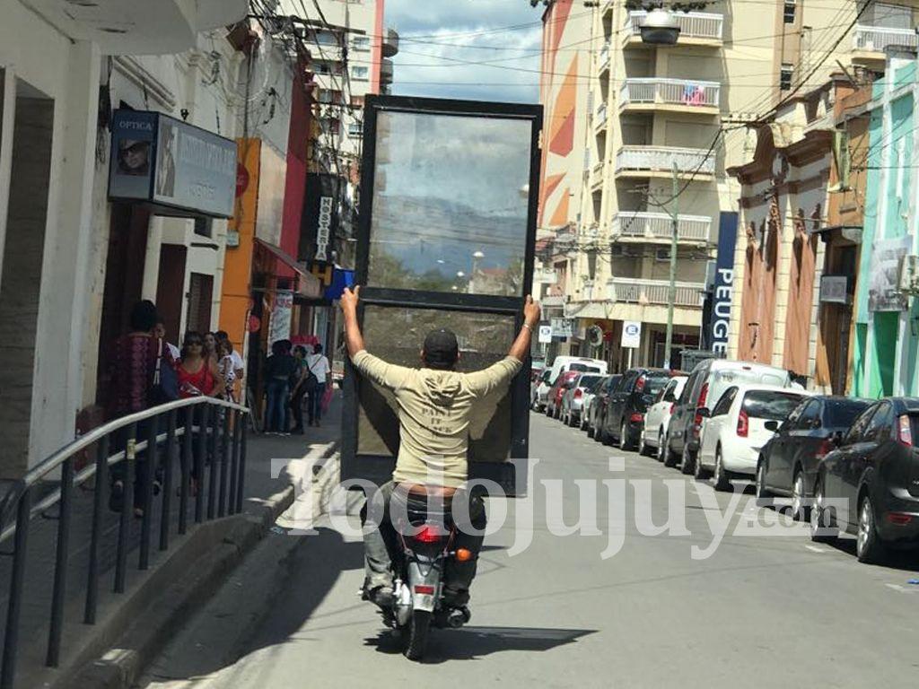 Moto flete por las calles de la ciudad