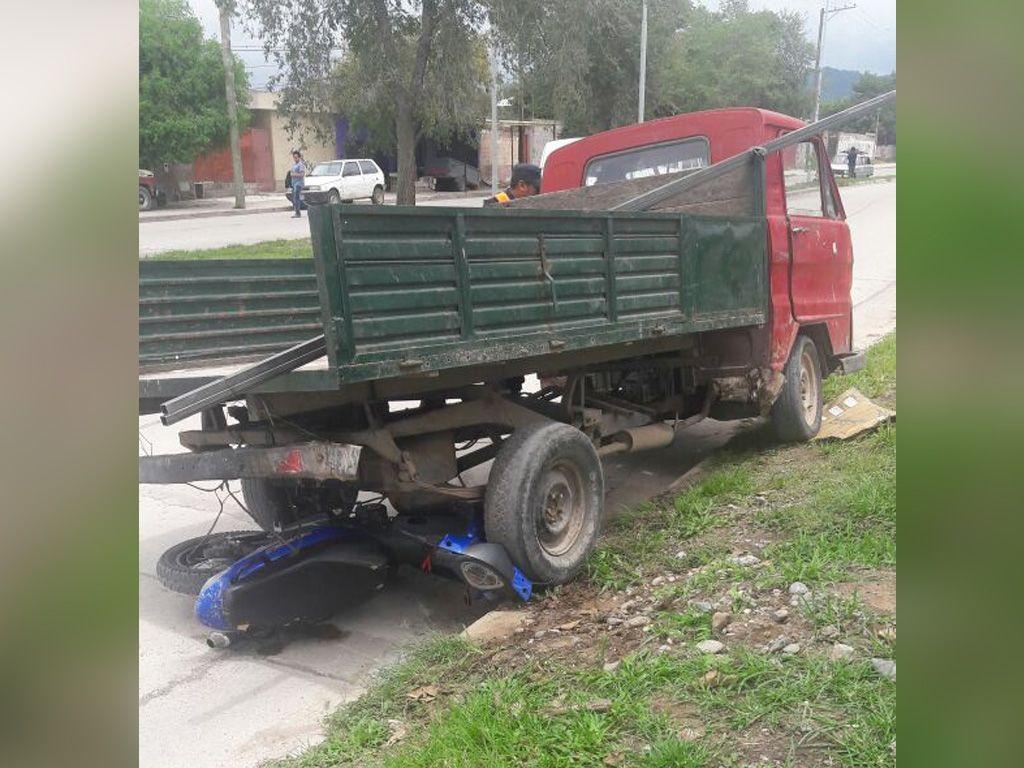 Moto aplastada por camión