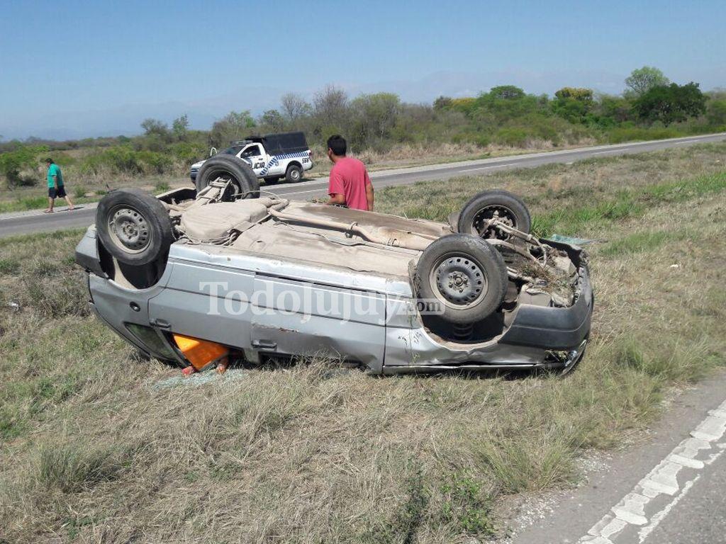 Un auto con cuatro personas volcó sobre la ruta N° 66