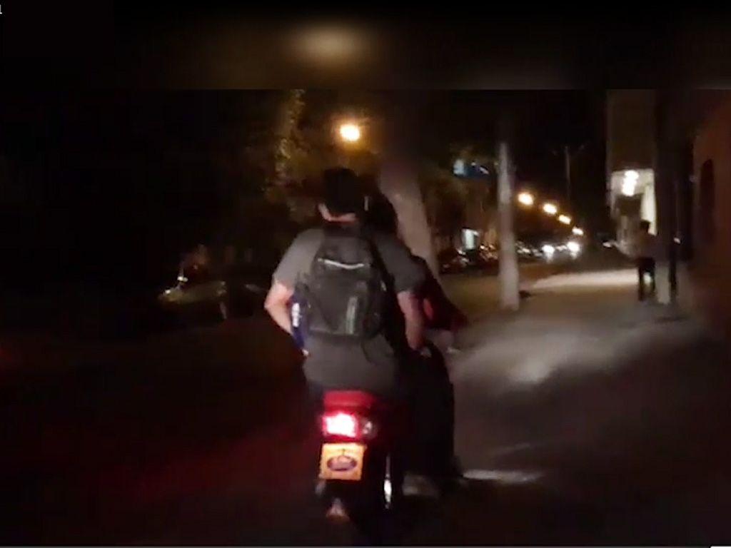 La irresponsabilidad sin límite: dos grandes y un nene en moto y sin casco