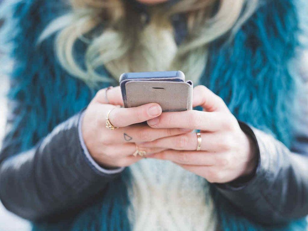 Los agentinos, en el top five de los que más tiempo pasan frente al celular