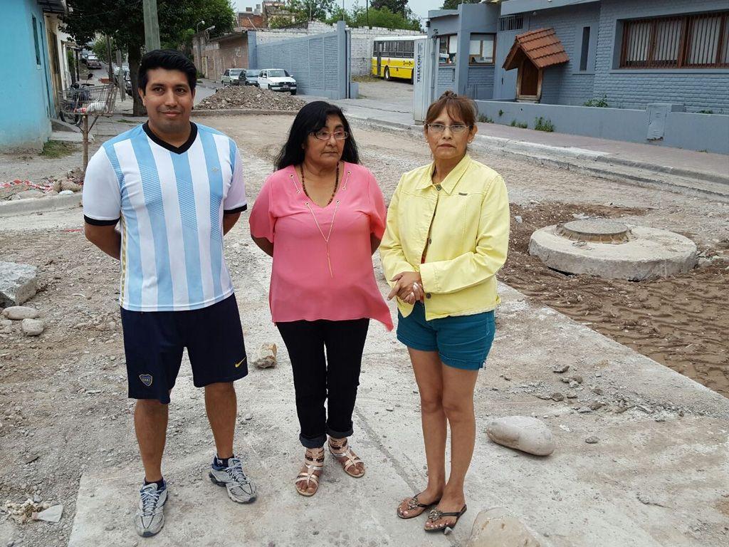 Todos los días una larga fila de colectivos obstruye el ingreso al Barrio San Isidro