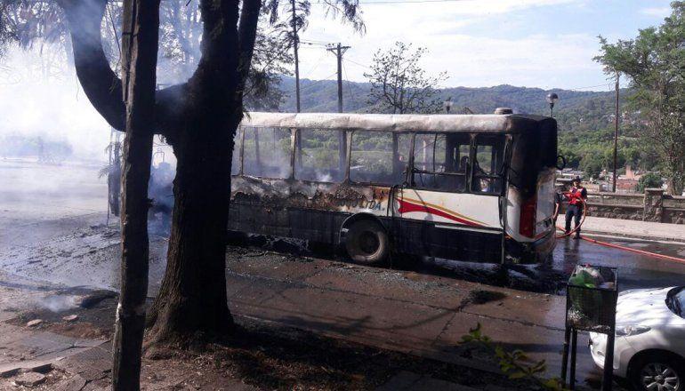 Impresionante incendio consumió un colectivo de la empresa Palbus