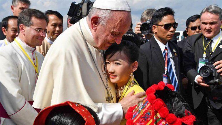 El papa Francisco llegó a Myanmar en una delicada visita oficial