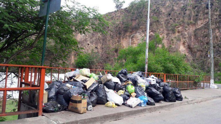 Basural a cielo abierto en el puente del Dique de Los Alisos: cada fin de semana peor