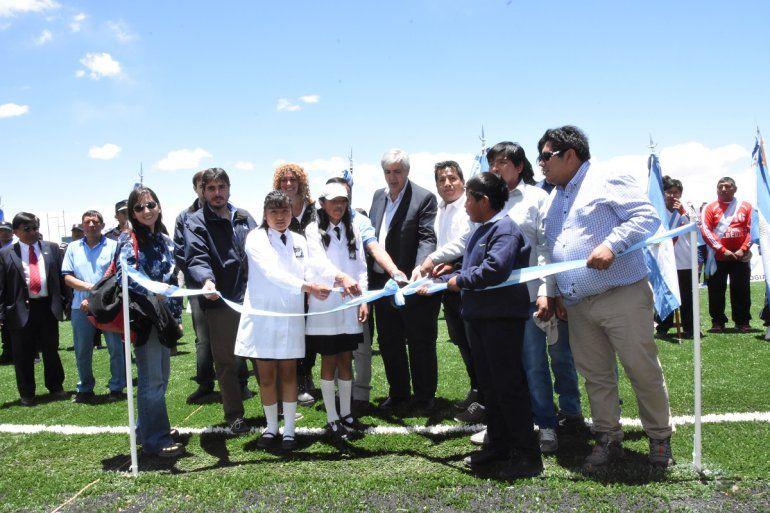 Fútbol a 4 mil metros de altura: inauguraron una cancha de césped sintético en El Aguilar