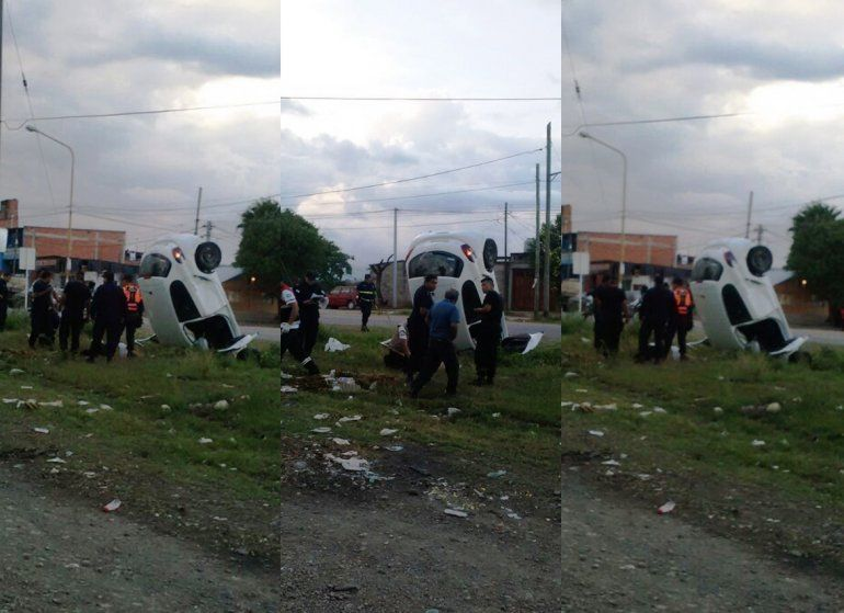 Impresionante accidente en Alto Comedero: un auto quedó incrustado en una zanja