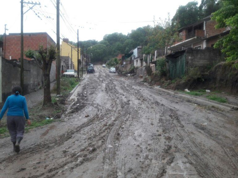 Llega la lluvia y trae problemas a los barrios: el barro de Campo Verde