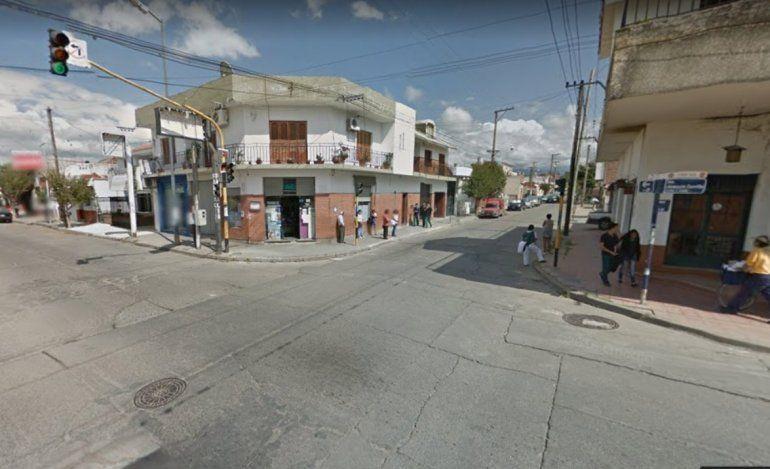 Un colectivo frenó de golpe mientras una mujer marcaba la SUBE, cayó al asfalto y murió