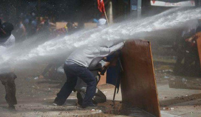 Incidentes en la plaza del congreso durante el tratamiento de la ley de reforma previsional. Foto: LA NACION / Emiliano Lasalvia
