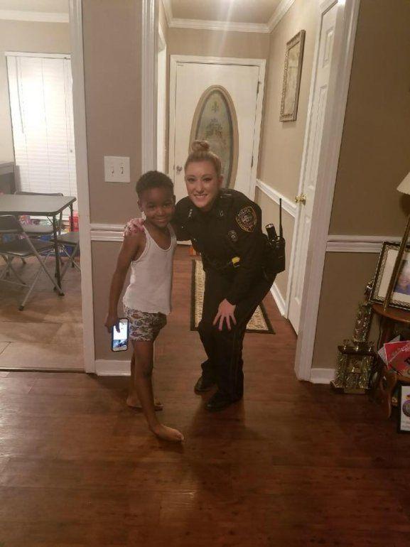 Un insólito llamado de emergencia de un pequeño y la tierna respuesta de una policía que salvó la Navidad