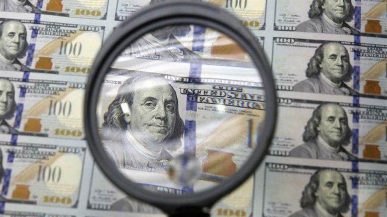 El dólar sigue en baja en la primera rueda del año