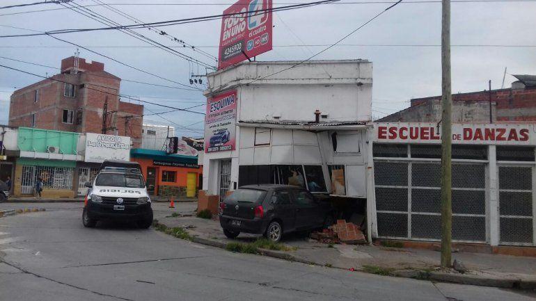 Un auto se incrustó en un local: otra vez Almirante Brown y Juana Manuela Gorriti