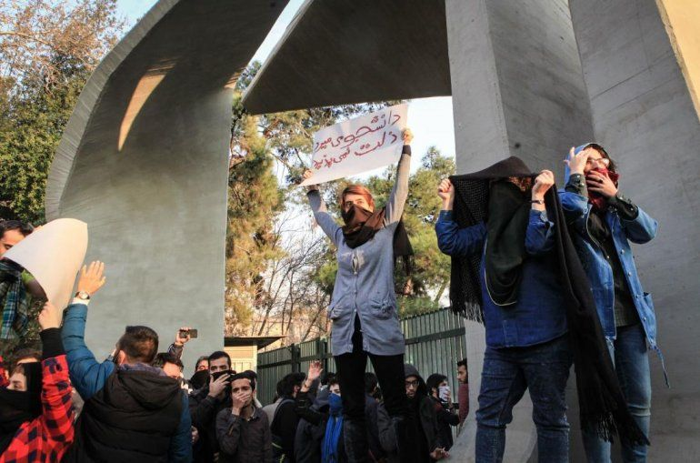 Irán: mujer se saca el velo blanco como símbolo de la oposición al gobierno del presidente Rohani