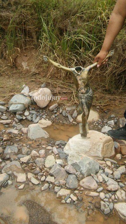Encontraron al Cristo de Maimará sin cabeza en la orilla del río