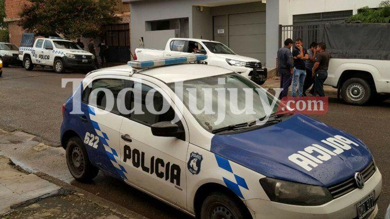 Con la llegada del fiscal Osinaga se realizó el allanamiento del galpón de calle El Rastreador