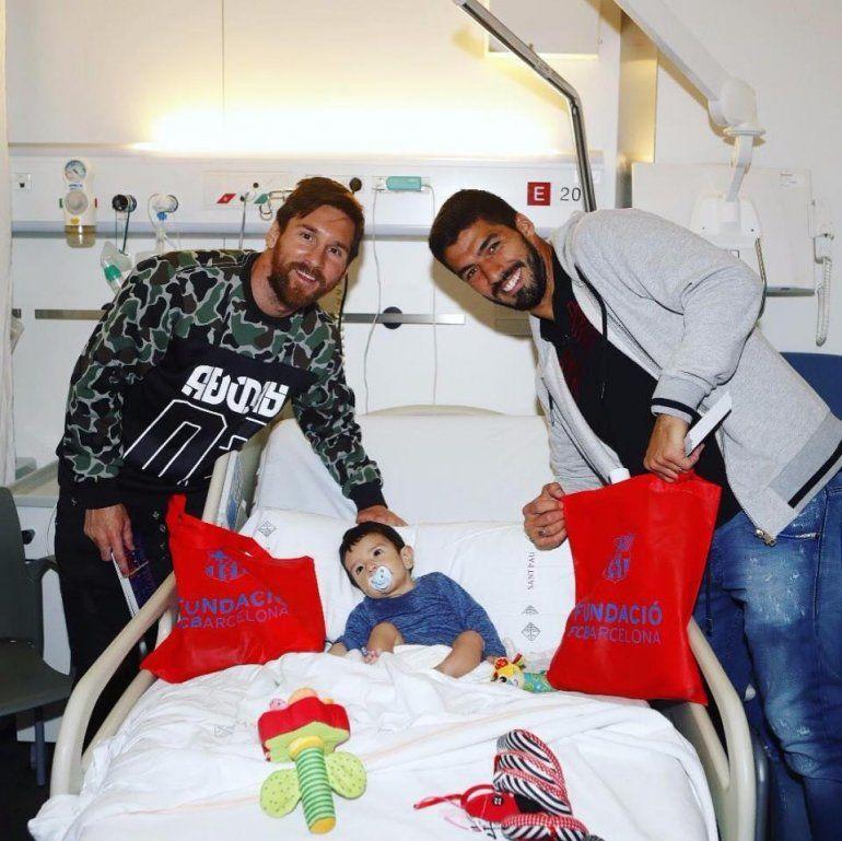 Luis Suárez, Iniesta y Messi visitaron a los niños de los hospitales