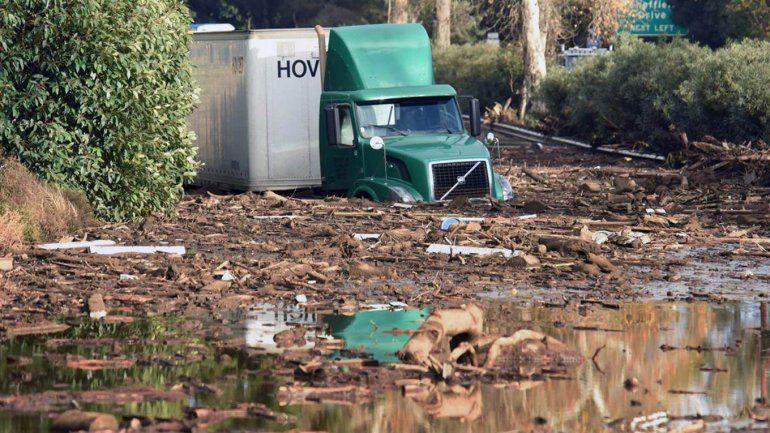 California: histórico alud de lodo, 15 muertos y rescate dramático de una adolescente