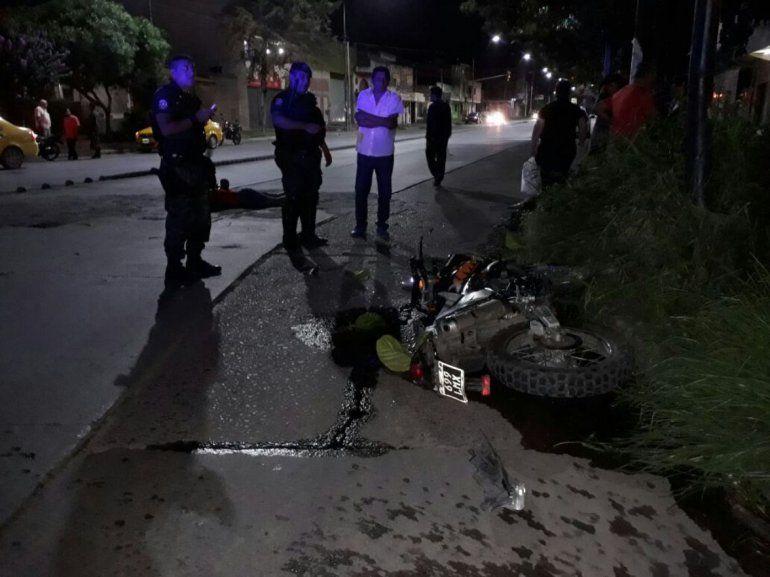 Se salvó por el casco: joven motociclista está en terapia intensiva tras un accidente