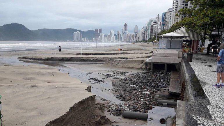 Un muerto y cientos de evacuados por fuertes lluvias en Florianópolis