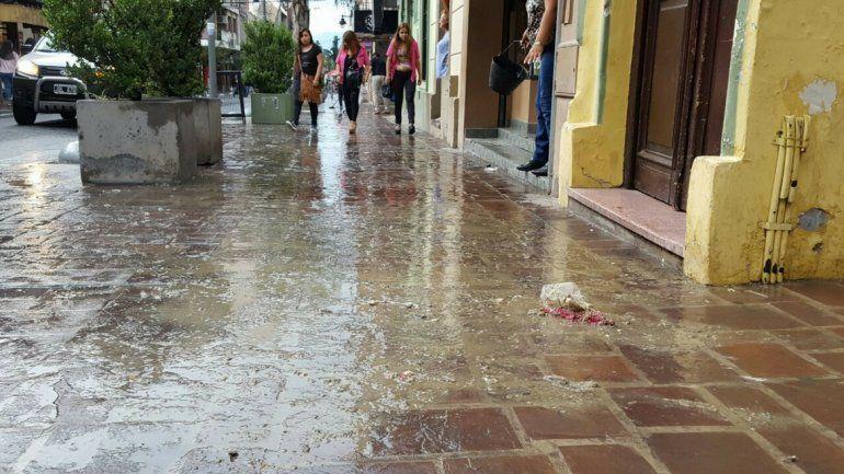 En varios locales de calle Belgrano rebalsaron las cloacas por las lluvias