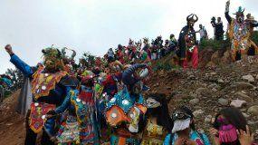Pura fiesta y color en el simulacro del desentierro del carnaval con los diablos de Uquía