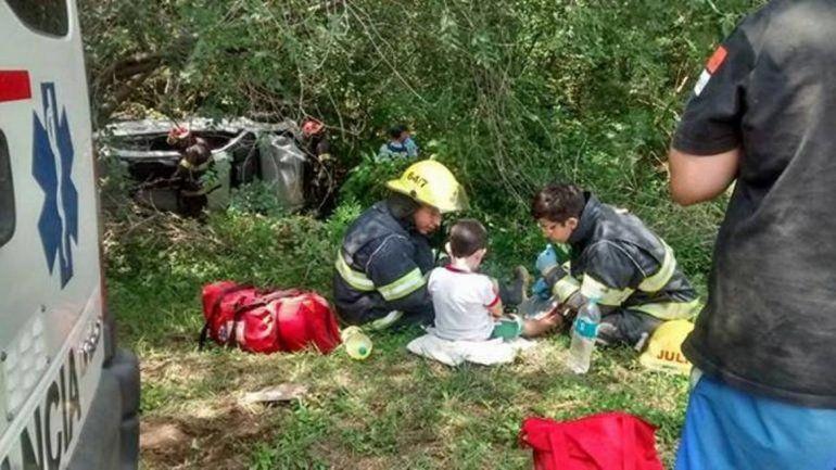 Tras un vuelco, la imagen más tierna: bomberos jugando con un niño