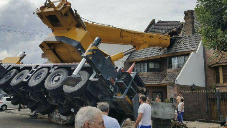 Removieron la grúa que cayó sobre una casa y dejó cuatro operarios heridos