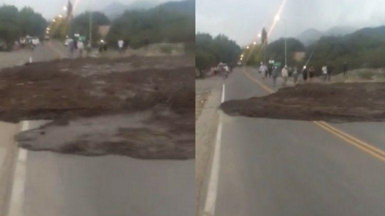 Impresionante video: mirá cómo la crecida de un río en Salta llega a la ruta