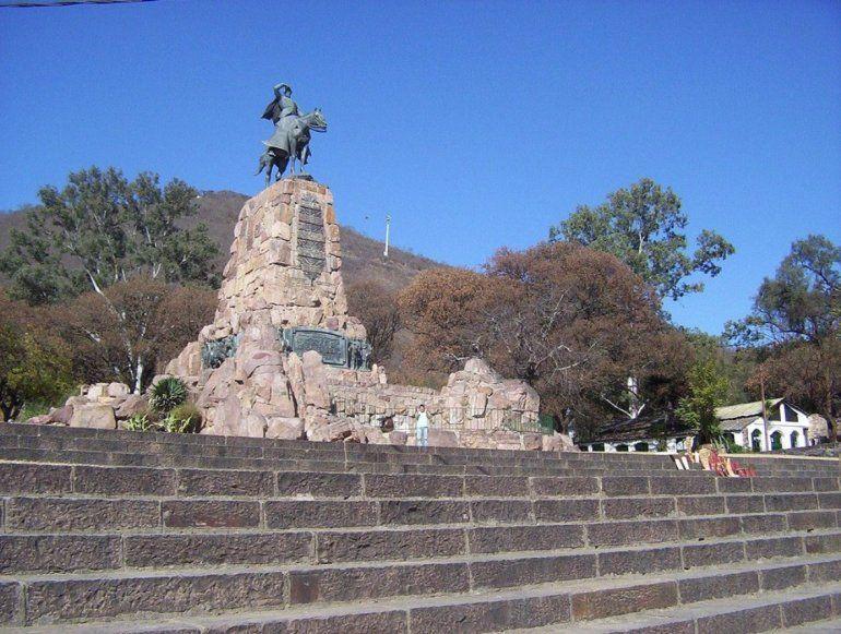 El Monumento a Güemes se convirtió en una catarata por las intensas lluvias