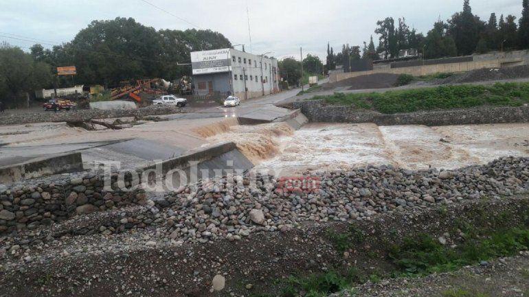 Cortaron el acceso al badén por la gran cantidad de lluvia en el río Xibi Xibi