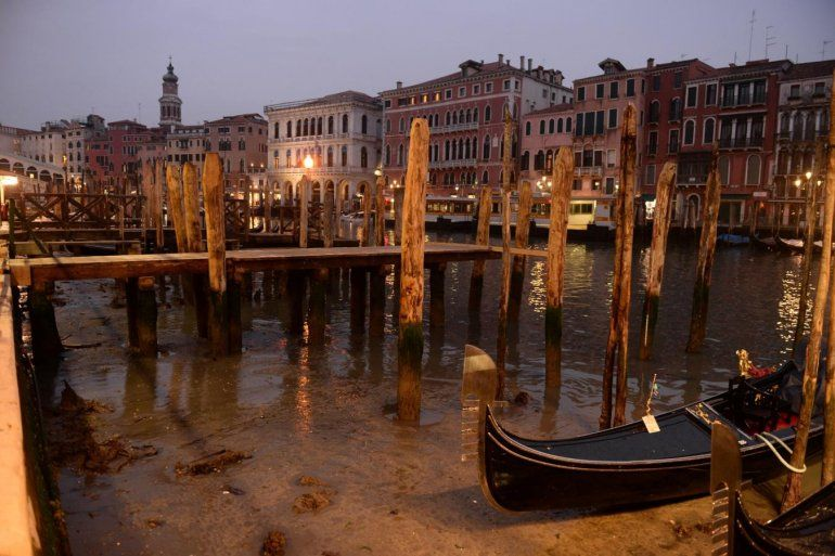 Insólito paisaje: los famosos canales de Venecia se quedaron sin agua