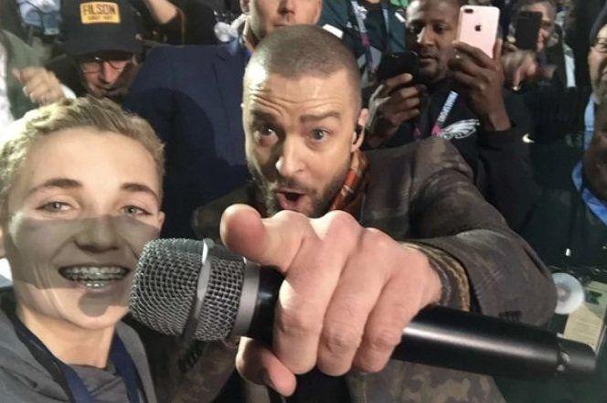 Los memes más graciosos de cuando Justin Timberlake se acercó a un chico en pleno show y éste no le dio bolilla