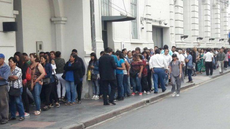 Desesperación por retirar plata de los cajeros automáticos antes del viernes