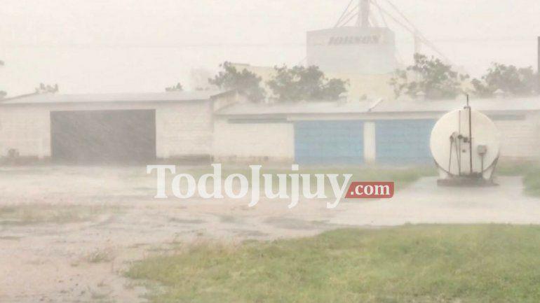 Una intensa tormenta eléctrica con vientos fuertes pasó por Santo Domingo