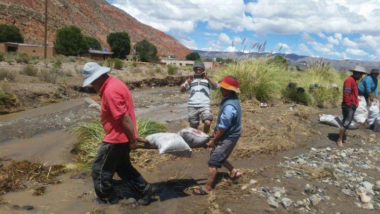 Vecinos de Ciénaga de Paicone construyen defensas para evitar inundaciones en el pueblo