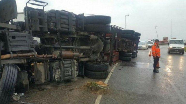 Volcó un camión con útiles escolares y lo saquearon