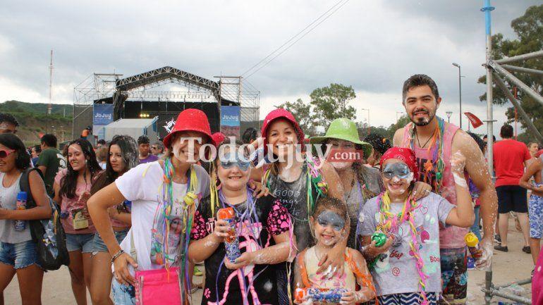 Turistas y jujeños en el carnavalodromo