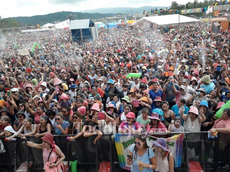 Esto pasó en el Carnavalódromo: talco, papel picado, música y mucha diversión