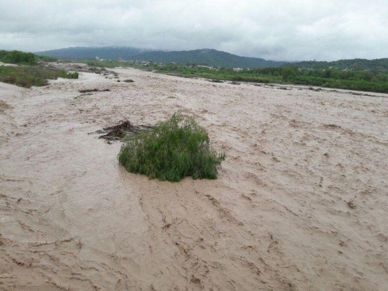 Se rompió un acueducto en el lecho del Río Grande y trabajan en repararlo