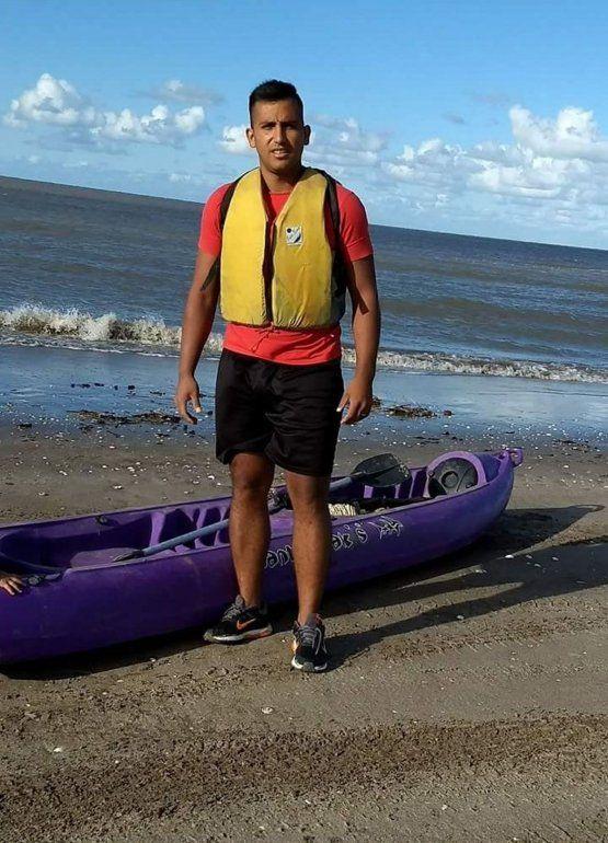 Buscan desesperadamente a un joven jujeño mar adentro en Playa Rasa