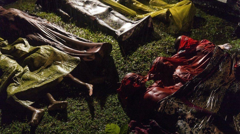 El fotógrafo Patrick Brown de Panos Pictures muestra los cuerpos sin vida de unos niños y refugiados Rohinyá en una playa en Cox Bazar