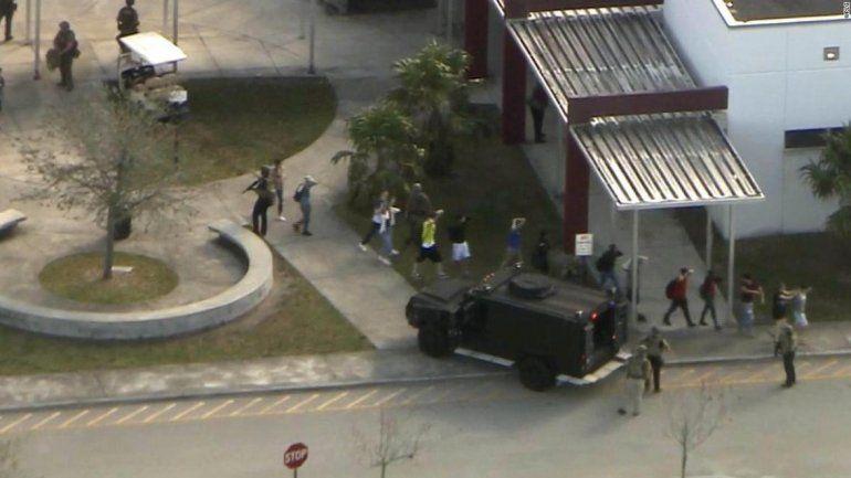 Varios muertos y una veintena de heridos en un tiroteo en escuela de Florida