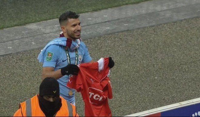 Con un golazo del Kun Agüero, Manchester City ganó la Copa de la Liga de Inglaterra frente a Arsenal.