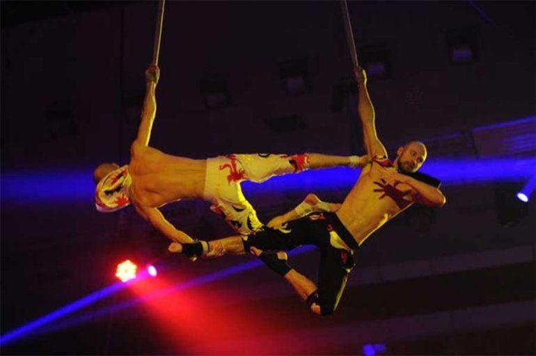 Estremecedor momento cuando un acróbata de circo cae al vacío en un truco fallido