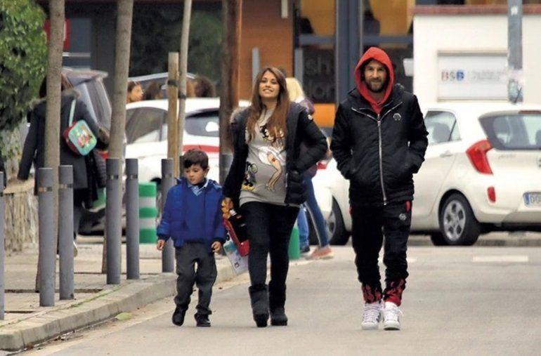 De vuelta al cole: Leo Messi y Anto Roccuzzo buscan a su hijo de la escuela a pie