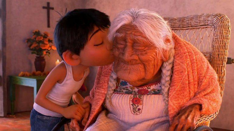 ¡Hasta las lagrimas! Un tucumano y su abuela recrearon una escena de la película Coco