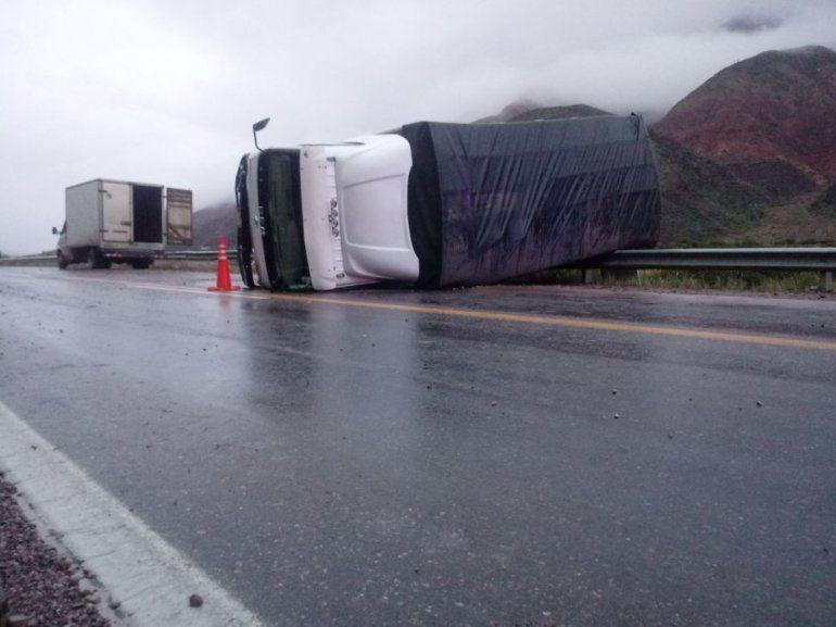 Volcó un camión en Ruta 9 a la altura de Chañarcito: cuatro personas heridas