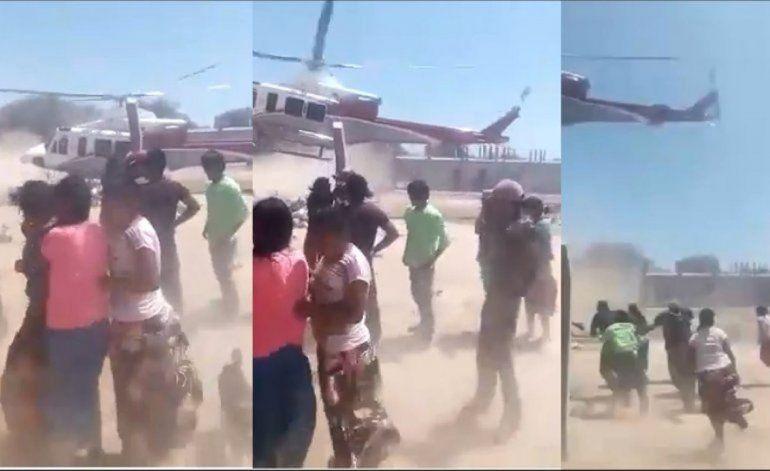 El gobierno de Salta lanza comida desde un helicóptero y la gente se desespera por los alimentos